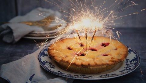 Пирог, бенгальский огонь, печенье