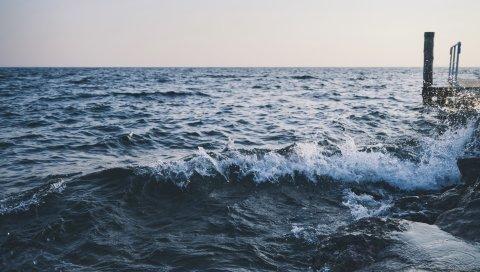Море, пирс, спрей