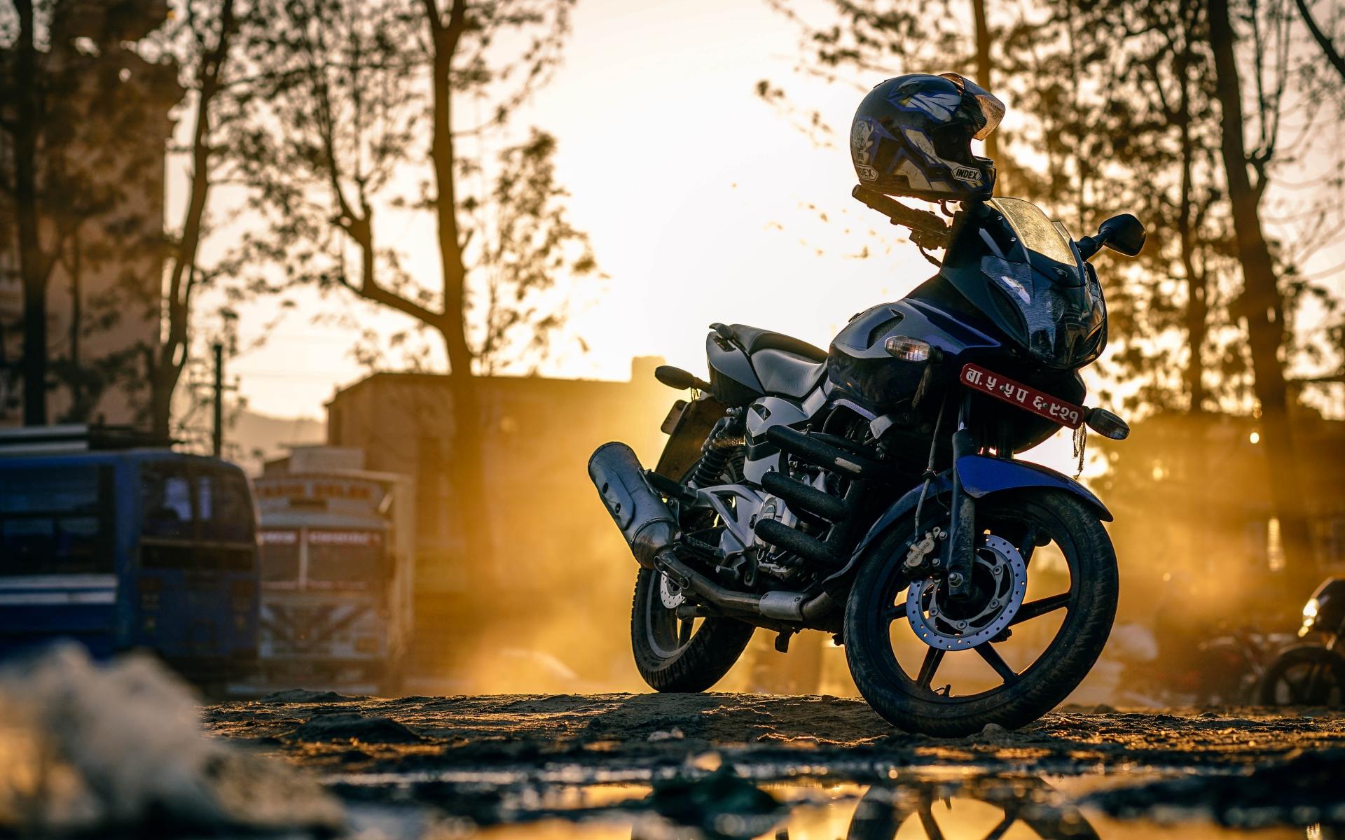 Картинки Мотоцикл, шлем, улица фото и обои на рабочий стол