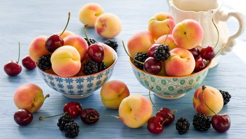 Абрикосы, ежевика, вишня, посуда