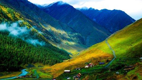 Горы, трава, туман, здания