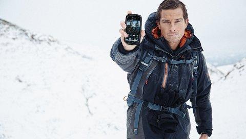 Бэар Гриллс, актер, горы, снег, поход, телефон