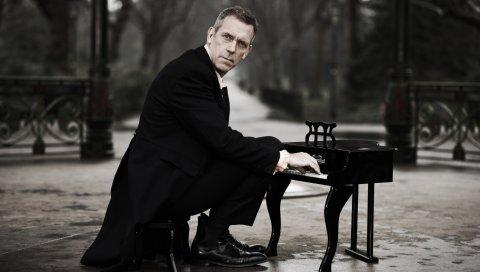 Hugh laurie, костюм, фортепиано, черный, актер, знаменитость