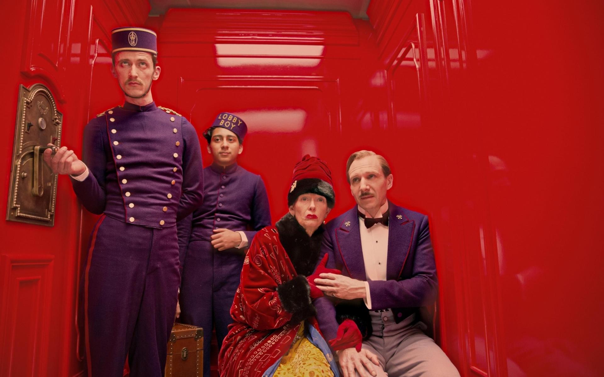 Картинки Большой отель в будапеште, ralph fiennes, люди, лифт, красный, горничная, униформа фото и обои на рабочий стол