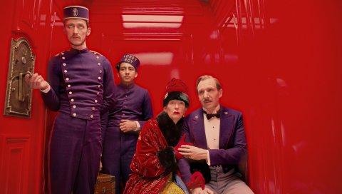 Большой отель в будапеште, ralph fiennes, люди, лифт, красный, горничная, униформа