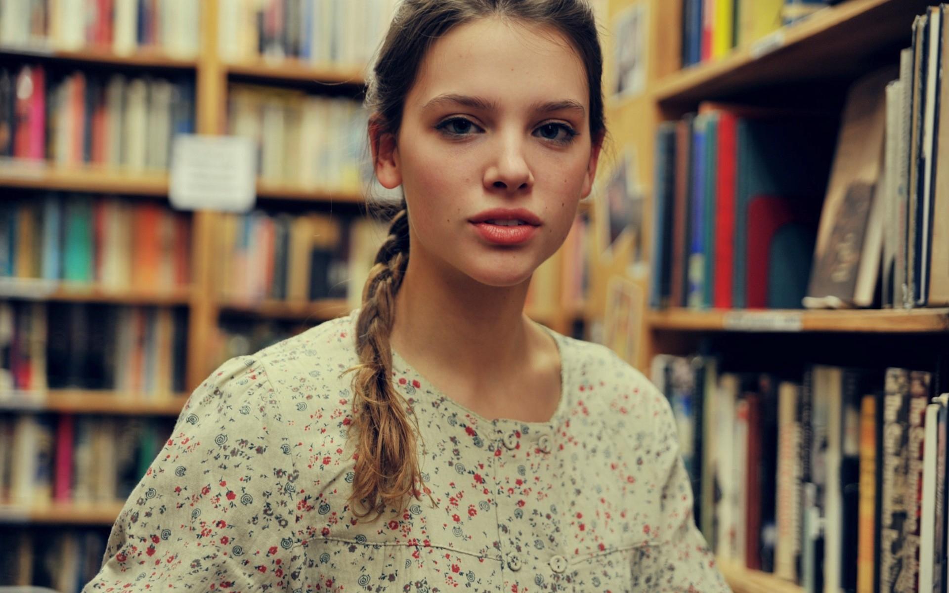 Картинки девушка, платье, книги, полки фото и обои на рабочий стол