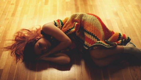 Девушка, брюнетка, лежа,