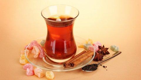 Чай, корица, анис, засахаренные фрукты, чайные листья, ложка