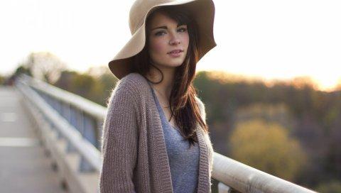 Девушка, шляпа, пирсинг