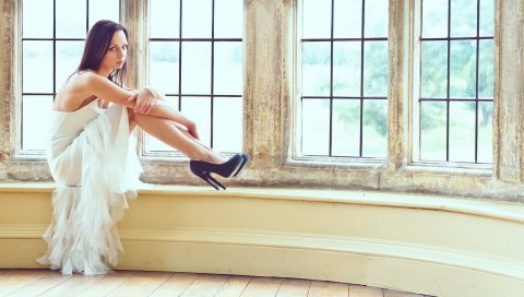 Девушка, окно, платье, обувь, тату, брюнетка