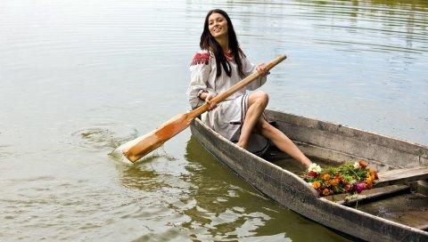 Девушка, лодка, улыбка,