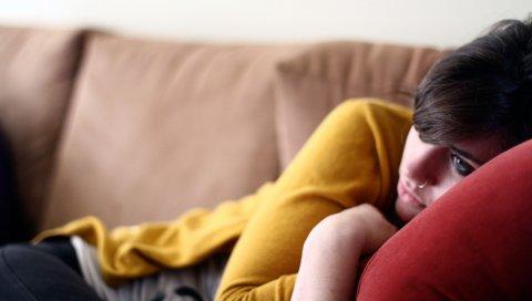 Девушка, лежа, диван, печаль
