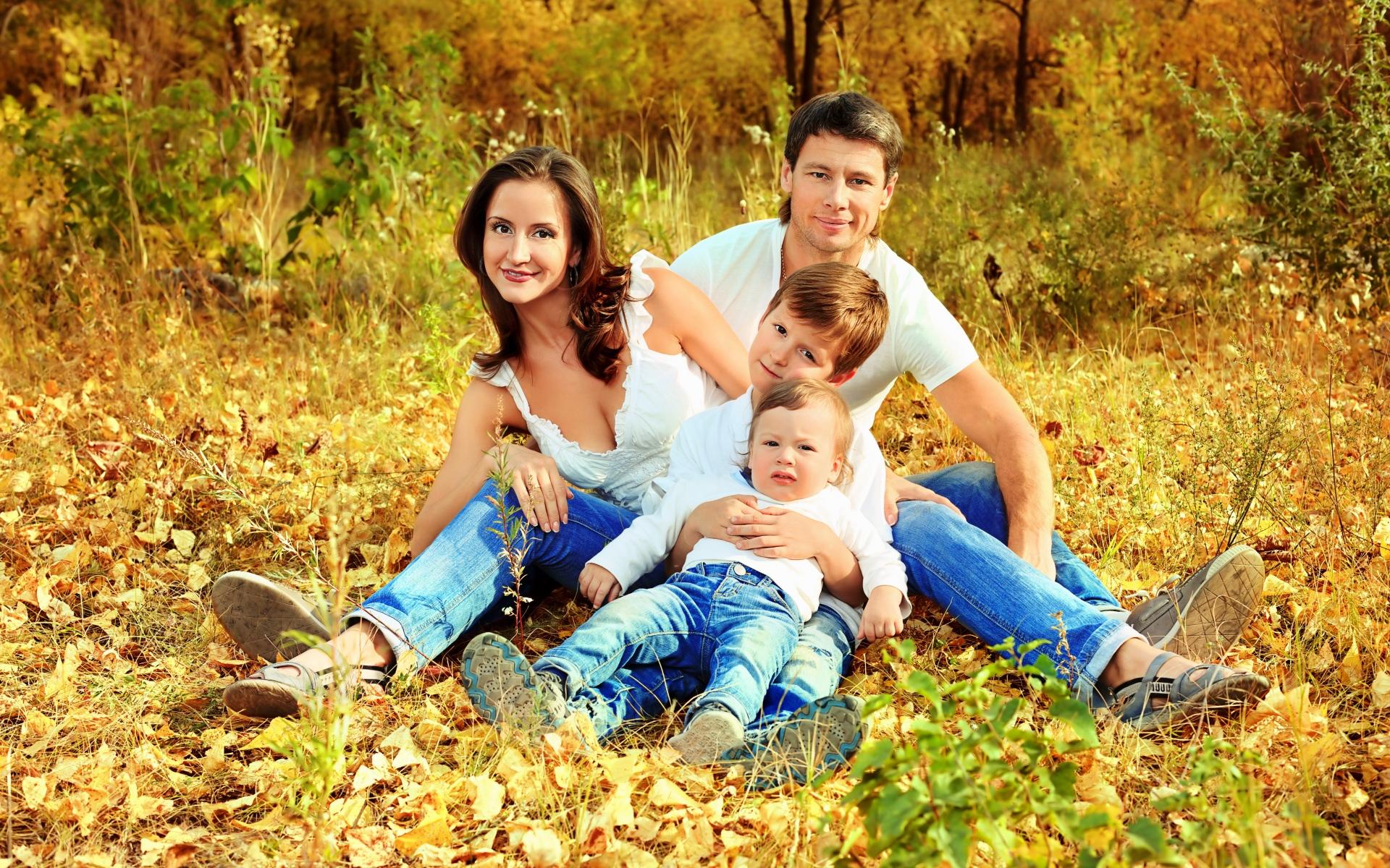 Картинки семья, осень, лес, лужайка фото и обои на рабочий стол