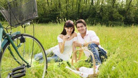 мужчина, женщина, пара, любовь, пикник, отдых, лес,вино, очки, природа