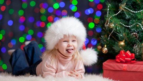 елка, рождественские украшения, девушка, ребенок, радость, коробка, подарок, шапка, новый год