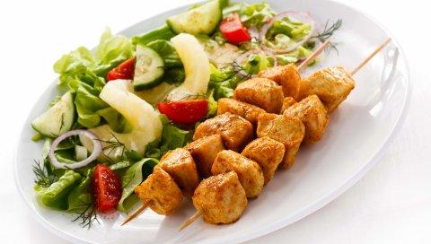 Кебаб, тарелка, салат, на белом фоне