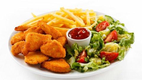 Тарелка, салат, кетчуп, мясо, картофель, на белом фоне