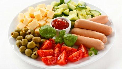 Плита, ломтики, сыр, колбасы, оливки, помидоры, огурцы, кетчуп, листья