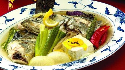 рыбы, рыбный суп, основноеблюдо, овощи, специи, тарелки