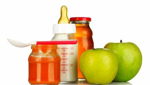 молоко, соски, яблочное пюре, сок, ложка, набелом фоне