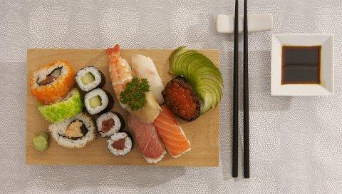 еды, суши, роллы, морепродукты, красная икра, вкусно, японская еда, палочки дляеды, соевый соус
