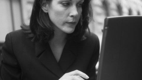 Женщина, ноутбук, черный и белый