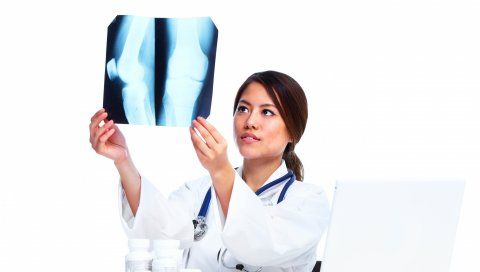 Врач, рентген, белый фон