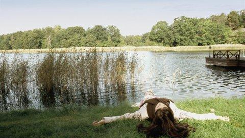 Девушка, осень, озеро, отдых, природа, брюнетка, сон