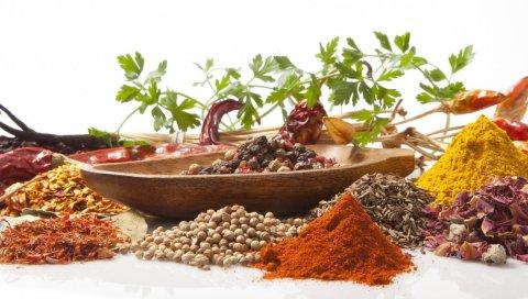 Блюдце, специи, красный перец, черный перец, карри, кунжут