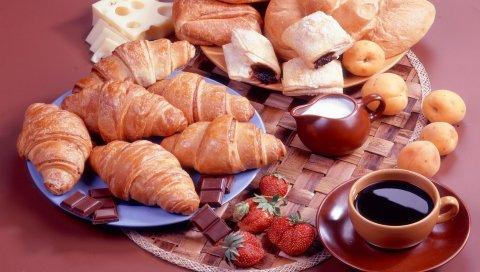 Круассаны, шоколад, клубника, чай