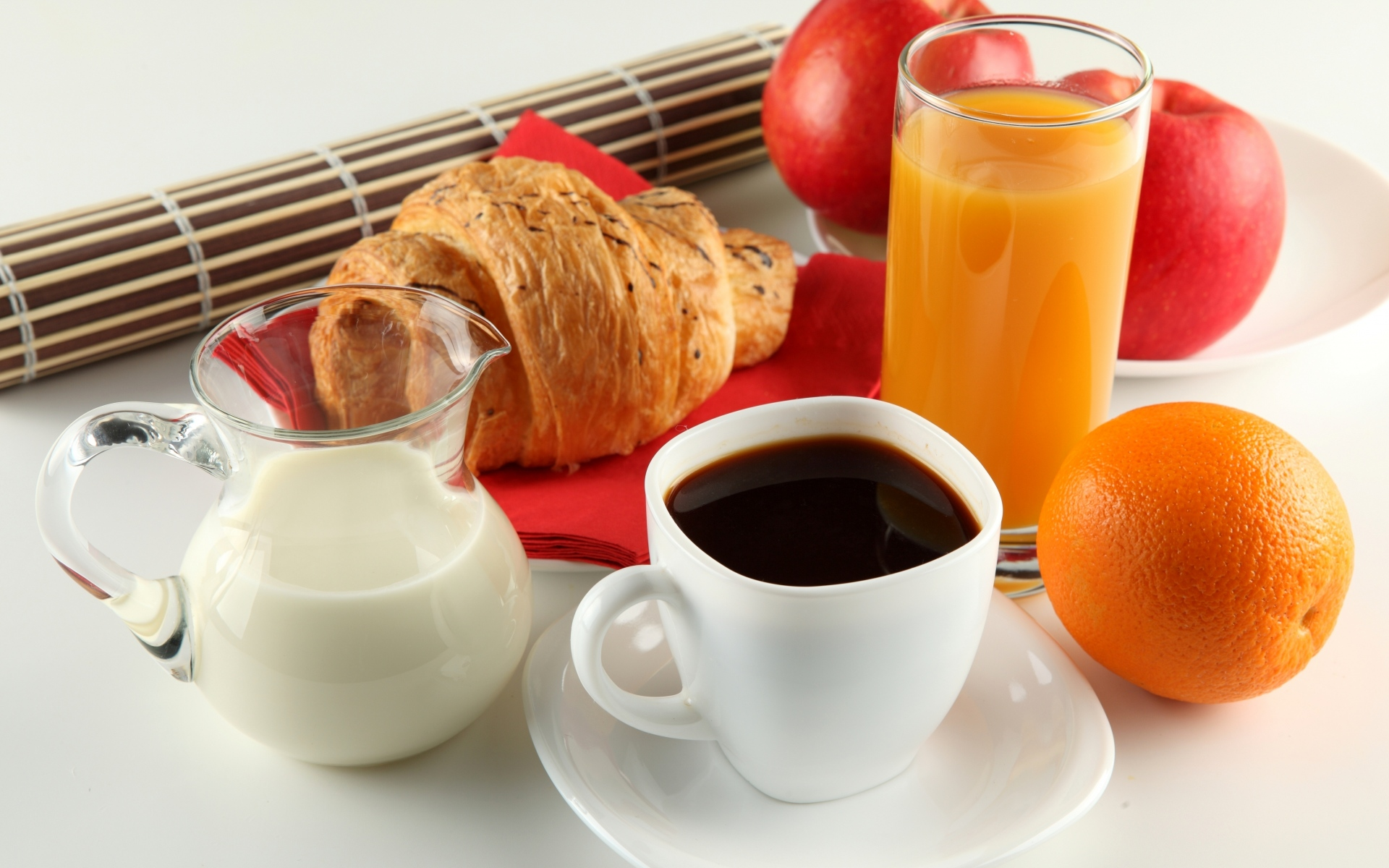 Картинки Завтрак, кофе, молоко, апельсин, сок, круассан, яблоко, чашка, белый, блюдце, кувшин фото и обои на рабочий стол