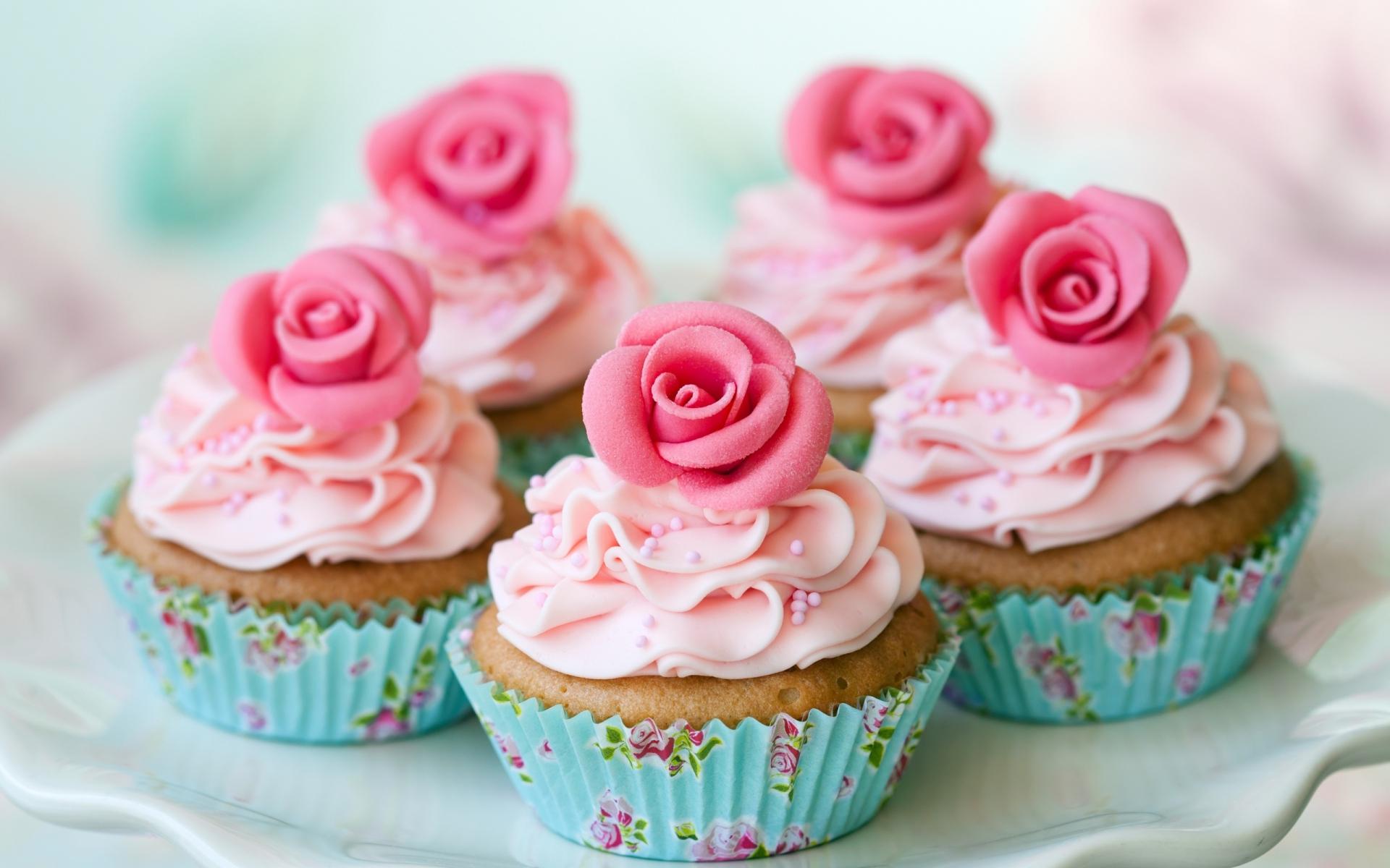 Картинки Блюдо, кексы, розы, сливки, десерт фото и обои на рабочий стол