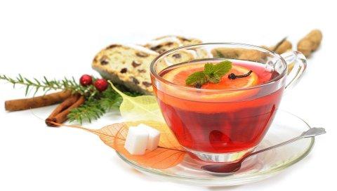 Чай, лимон, корица, ягоды