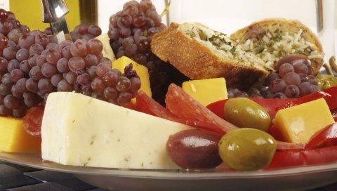 Виноград, фрукты, сыр, тарелка