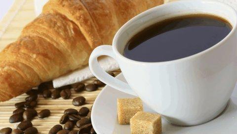 Кофе, кофе в зернах, сахар, круассан