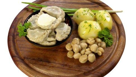 Пельмени, зелень, картофель, грибы