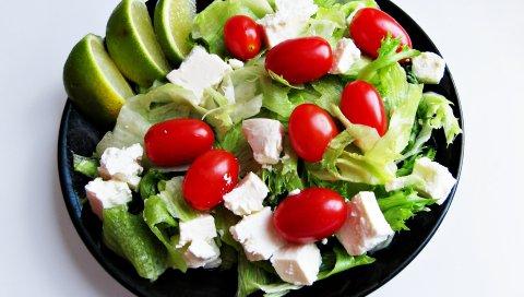 Салат, помидор, листья, сыр, тарелка