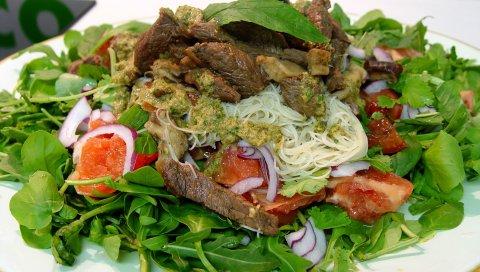 Мясо, макароны, зелень, овощи, соус