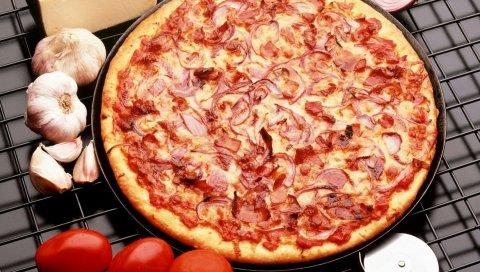 Пицца, колбаса, лук, помидоры, чеснок