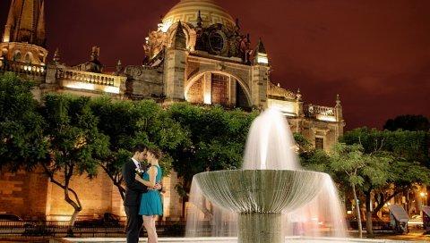 Город, ночь, фонтан, мальчик, девушка