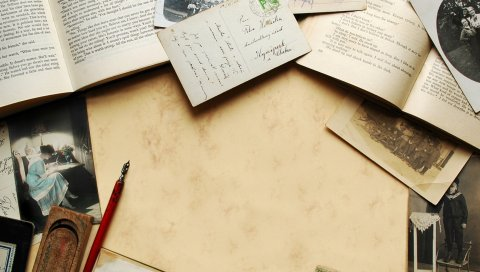 Стол, бумага, ручки, написание