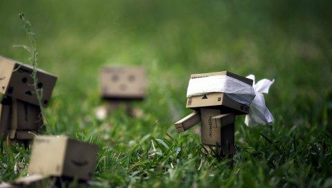 Danboard, картонные роботы, прятки, трава
