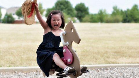 Девушка, ребенок, деревянная лошадь, счастье, улыбка