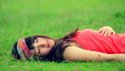 Брюнетка, трава, эмоции, расслабление