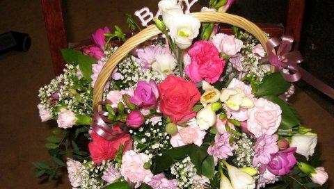 розы, гвоздики, лизиантус рассел, фрезия, гипсофила, корзина, декор, сюрприз