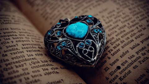 Сердце, кулон, книга, закладка