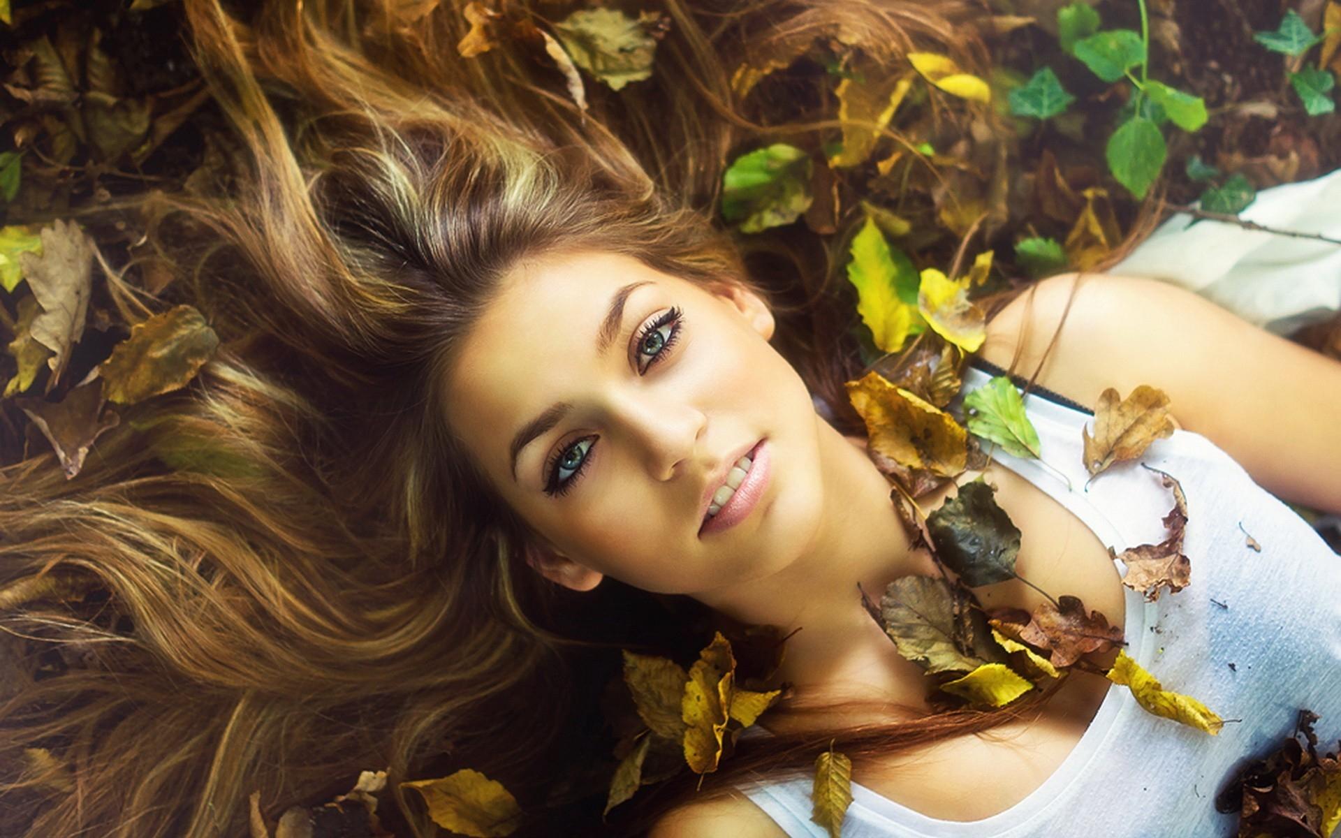 Картинки Блондинка, трава, листья, осень, лицо фото и обои на рабочий стол
