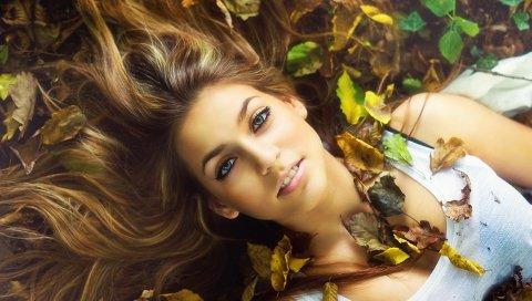 Блондинка, трава, листья, осень, лицо