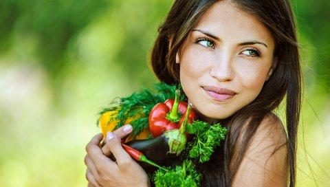 Девушка, брюнетка, овощи, улыбка