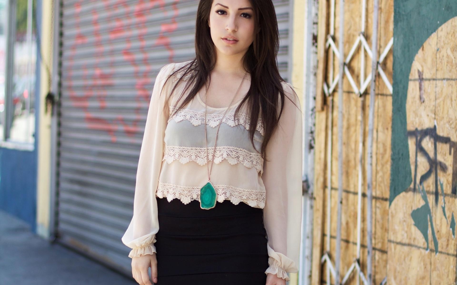 Картинки Модель, девушка, рубашка, кулон, юбка, брюнетка фото и обои на рабочий стол